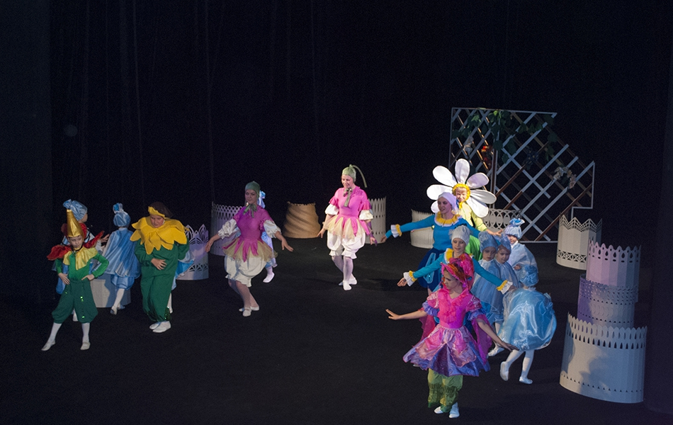 Актори ТЕАТРу «СПІРОГРАФ» з нагоди Міжнародного для дитини вкотре презентували виставу-казку у постановці та за п'єсою Андрія Сендецького «Квіткова крамничка»
